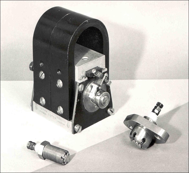 Hochspannungsmagnetzünder und Zündkerze der Firma Bosch aus dem Jahr 1902