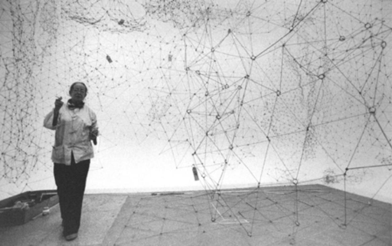 """Gego steht in ihrem Kunstwerk """"Reticulárea"""" aus dem Jahr 1969"""